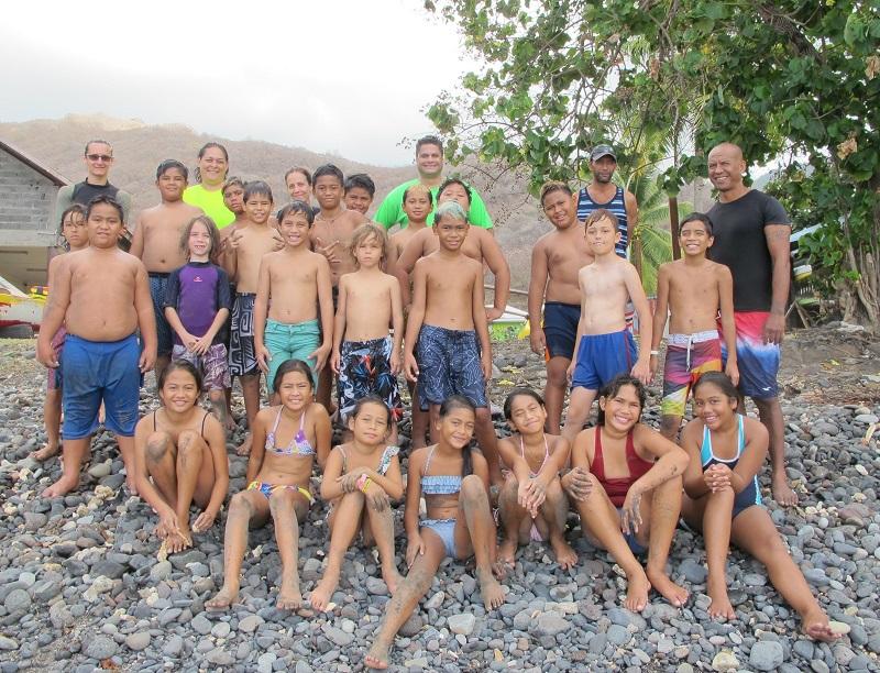 """Les élèves de primaire de Nuku Hiva à l'examen du """"savoir nager"""""""