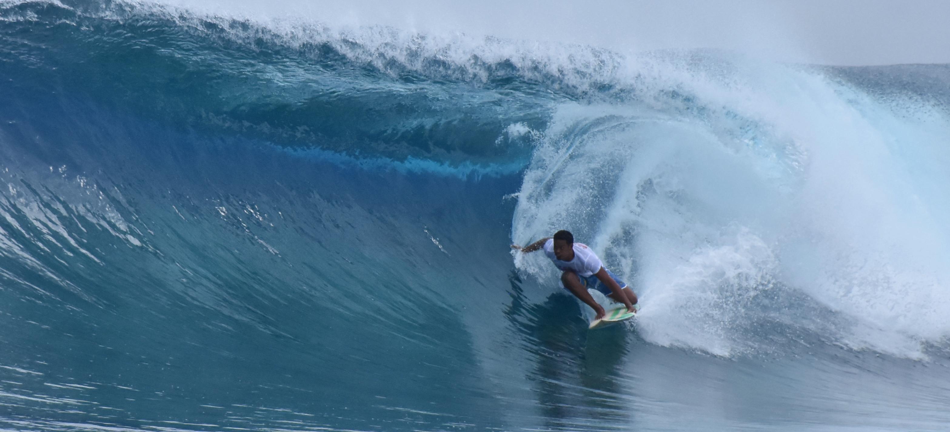 Teare Teinaore, natif de Rangiroa, a profité des belles séries de vagues offertes par le spot de Avatoru mercredi matin.