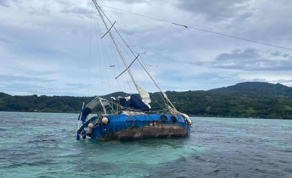 Le Pays s'occupe du voilier poubelle de Toahotu