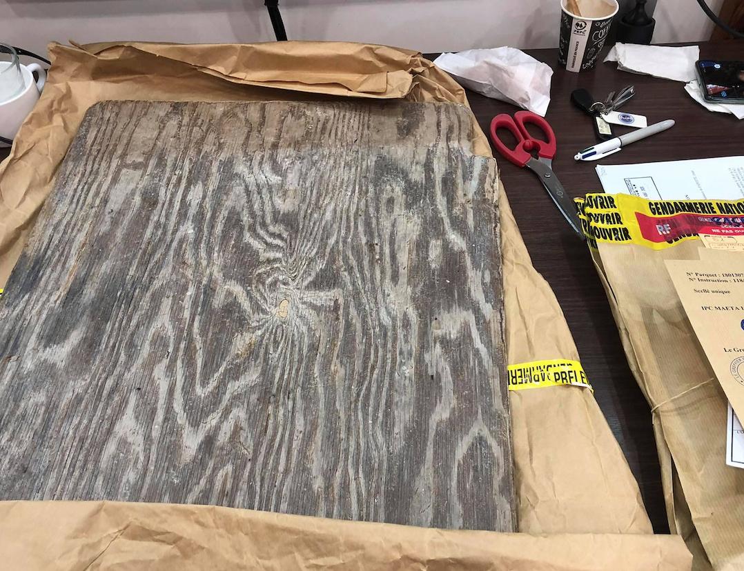 La planche de bois avec laquelle l'accusé avait frappé sa femme à plusieurs reprises.