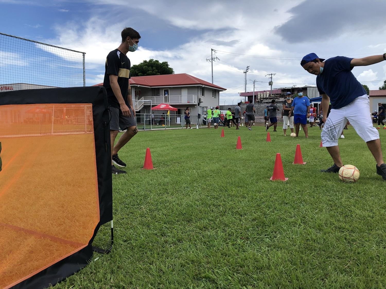 """Après un échauffement en musique, les participants ont ensuite enchainé avec différents ateliers : travail de jonglage avec le """"sense ball"""" (ballon relié à un élastique), ateliers de dribble ou encore de tirs sur cible."""
