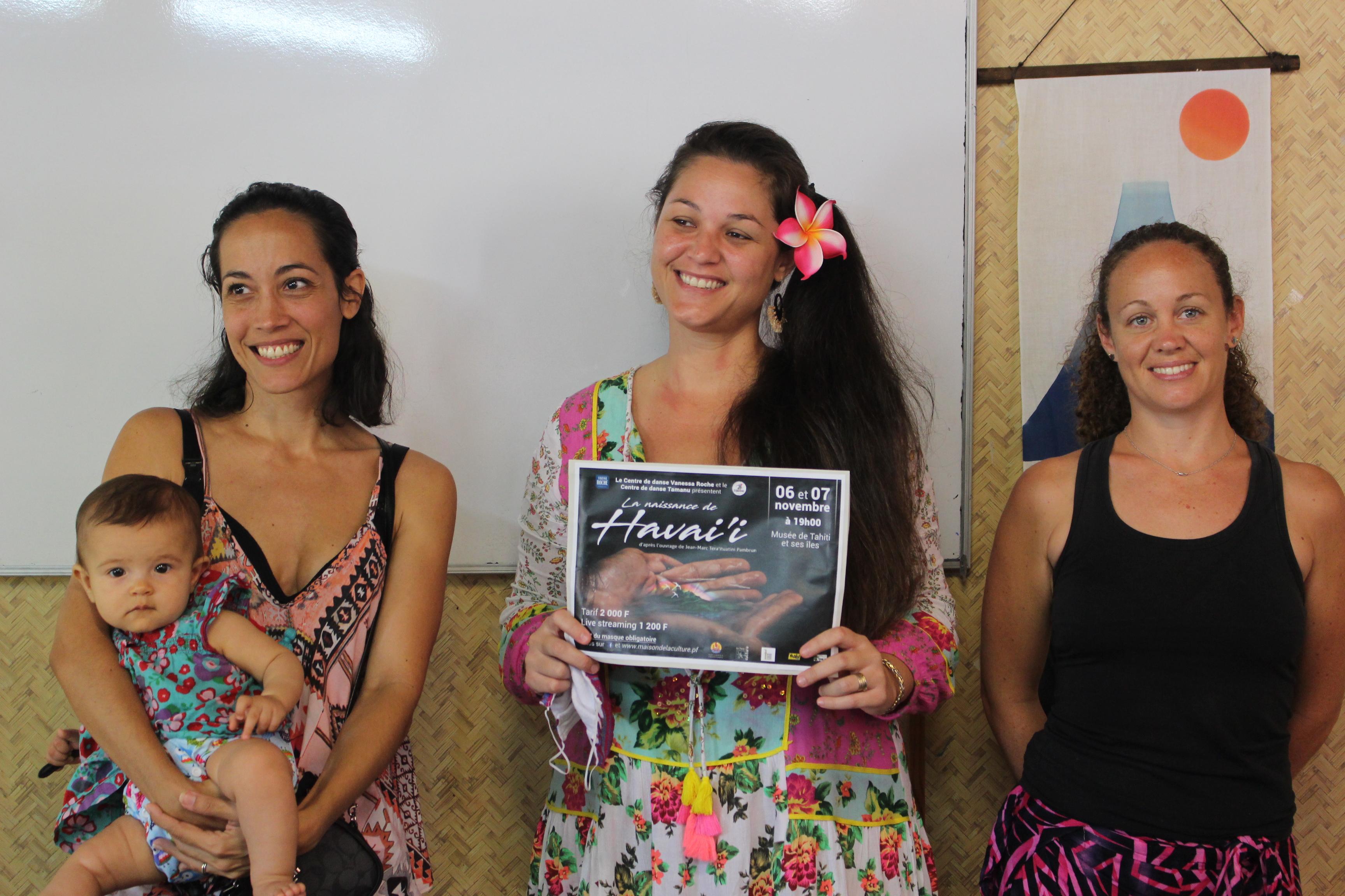 Vanessa Roche (à gauche) du centre Vanessa Roche et Solène Le Houëdec du centre Tamanu (à droite) présentant le spectacle avant les représentations de novembre.