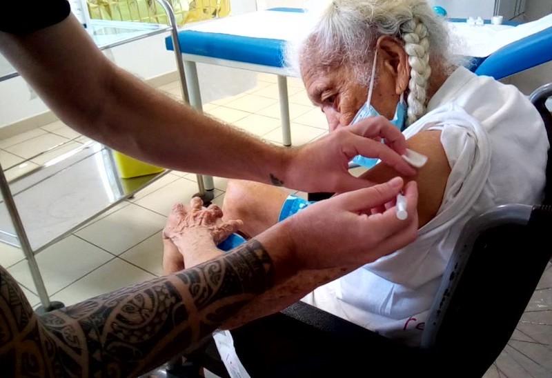 Vaccination : la doyenne de Hao montre l'exemple