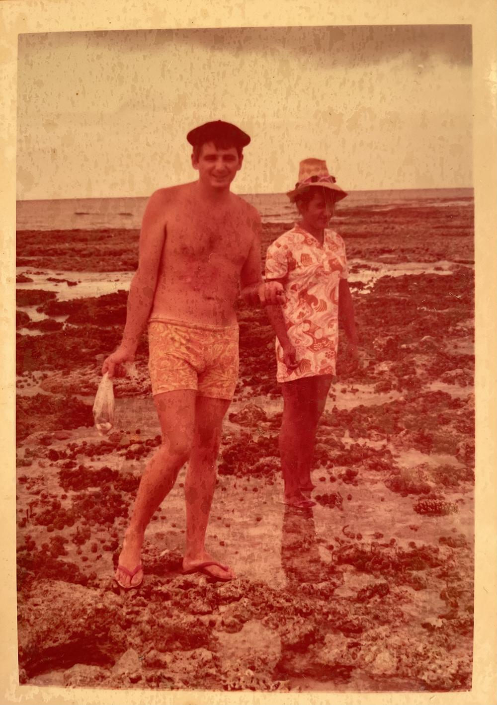 Une photo qui remonte à la jeunesse de Jean-Paul ; son petit sac de coquillages à la main, il est sur le récif, à Huahine, avec son épouse, Valentine.