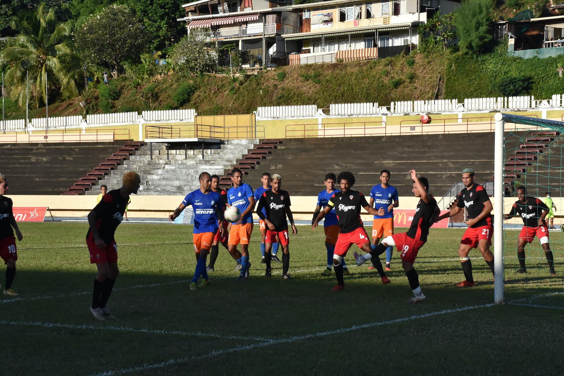 Les joueurs de Dragon ont buté en première mi-temps face à une équipe de Central solidaire en défense.