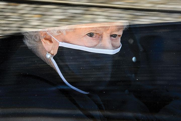 """Pour son anniversaire, Elizabeth II """"profondément touchée"""" par les messages reçus après la mort de son époux"""