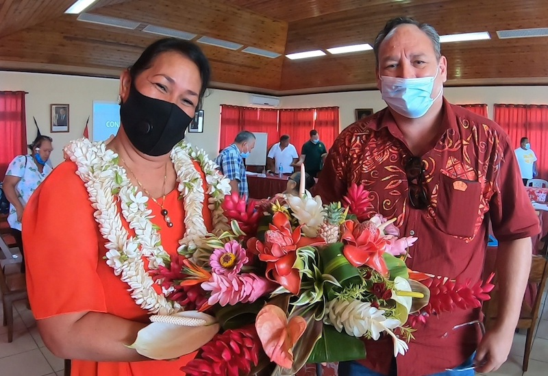 L'ex-tavana de Uturoa Sylviane Terooatea et son successeur, dont l'élection a été annulée, Matahi Brotherson.