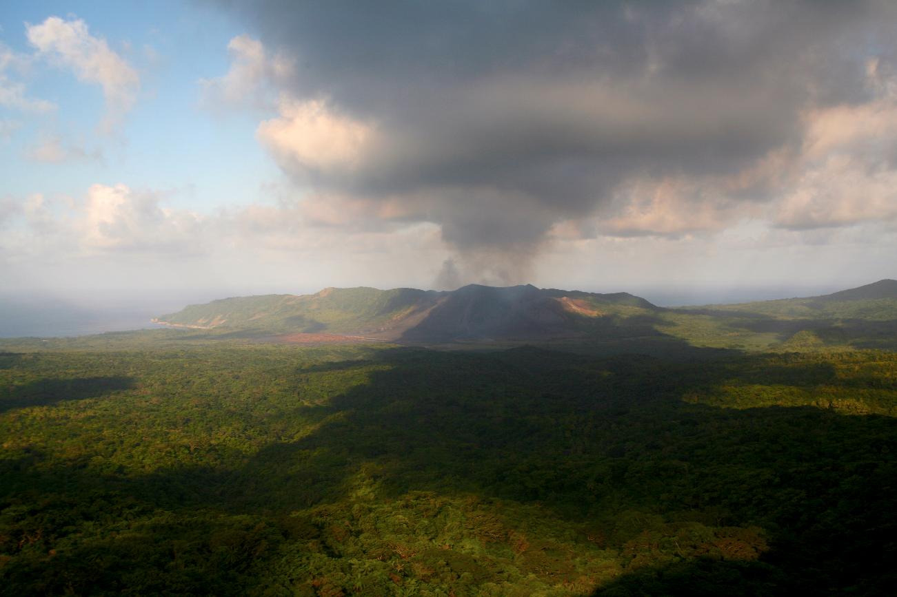 Vu de loin, le Yasur, en éruption permanente depuis au moins huit siècles, se coiffe toujours d'un épais panache noir de cendres volcaniques.