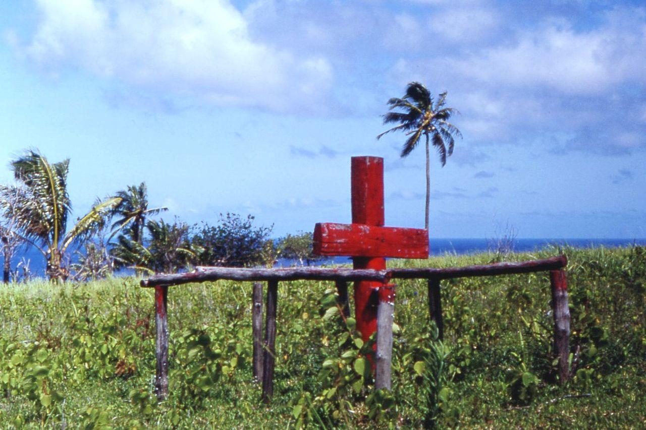 """A Tanna, le culte de John Frum perdure malgré le modernisme qui s'infiltre dans la société : cette croix rouge est un signe de la pratique de cette religion qu'est le """"cargo cult"""" (photo Tim Ross)."""