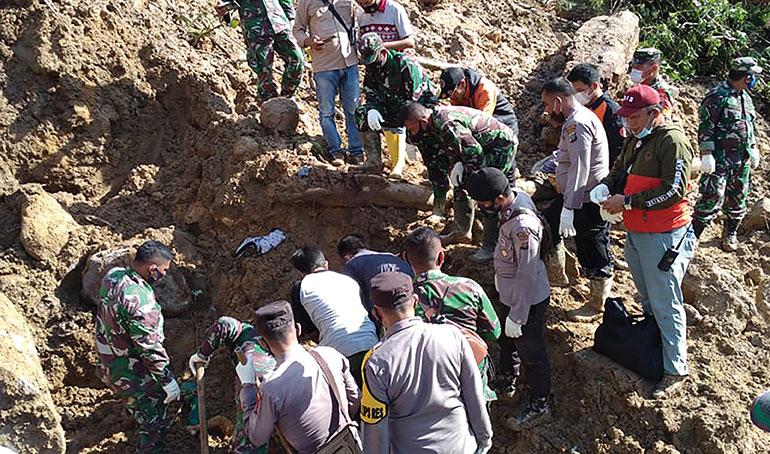 Indonésie: trois morts dans un glissement de terrain, plusieurs disparus