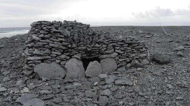 Près de 500 structures ont été recensés sur l'atoll, dont une quarantaine de marae, mais aussi 400 monticules coralliens et une cinquantaine de sépultures.