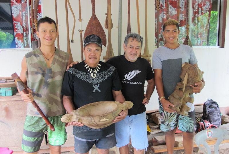 Des élèves du Cetad ont effectué leur stage auprès de sculpteurs de Taihoae qui n'hésitent pas à transmettre leur savoir-faire.