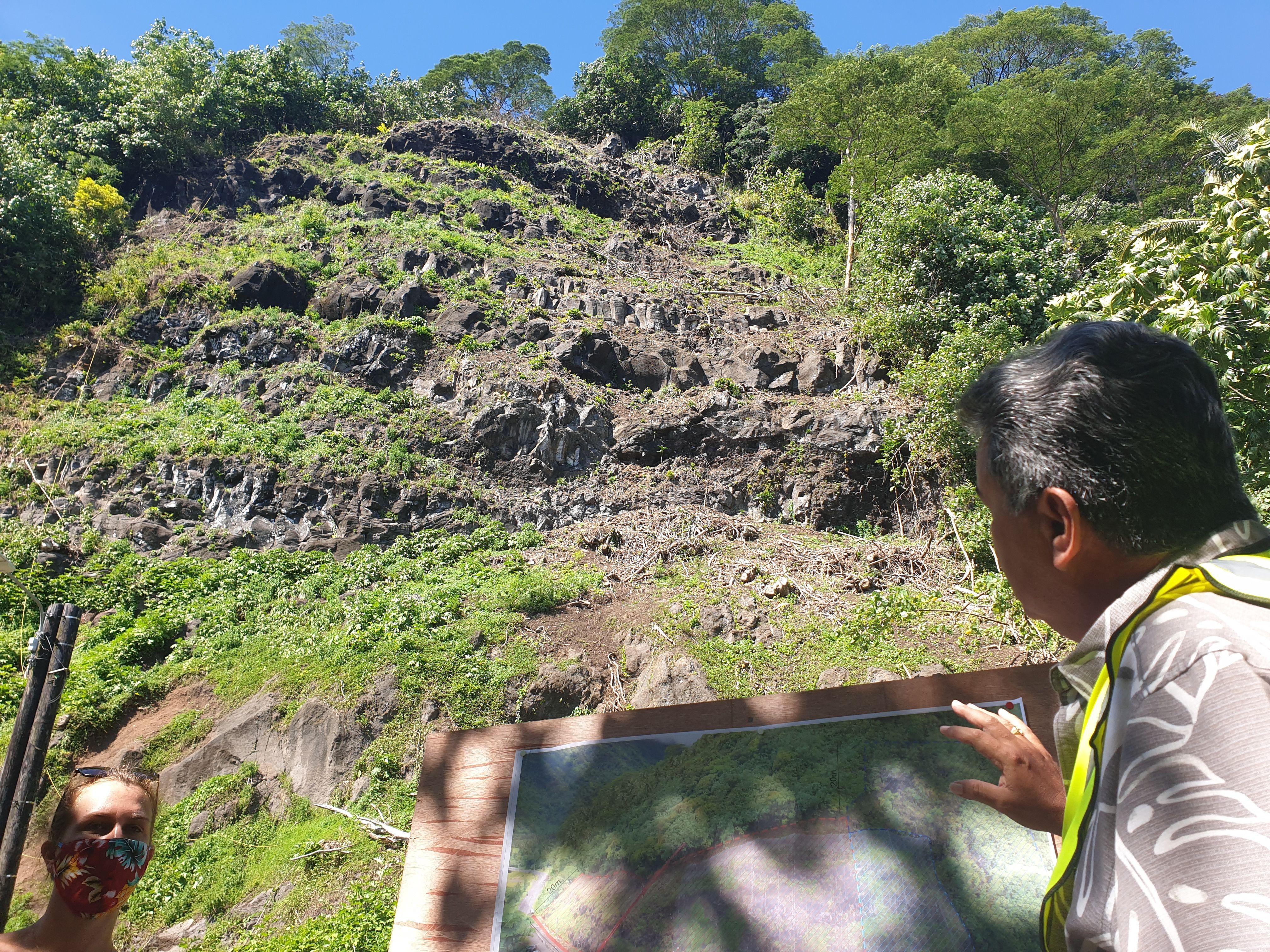Une falaise à dynamiter et une route coupée à Tautira