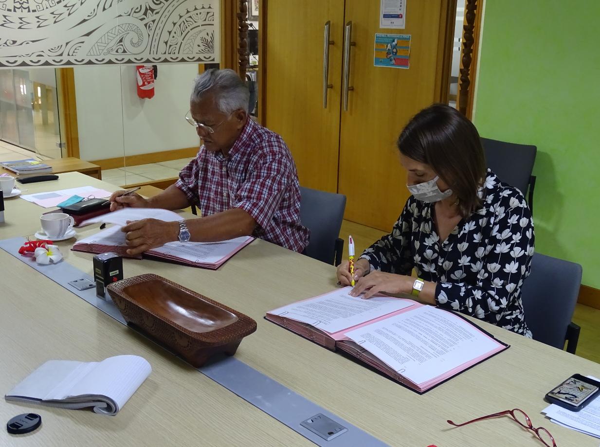 Cécile Gilquin et Gaston Tong Sang ont signé jeudi matin  les trois conventions dans les bureaux de l'AFD.