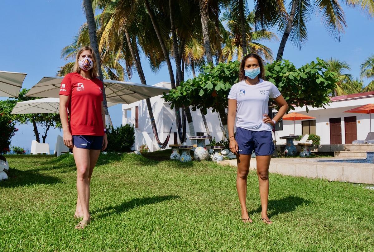 Vahine Fierro aux côtés de Canelle Bulard, sa partenaire en équipe de France de surf, qui étaient toutes les deux forfaits pour le premier tour des Mondiaux ISA. (Photo : FFS)