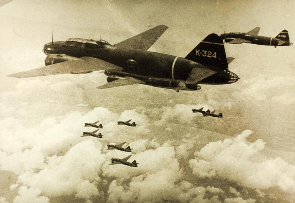 """Quatorze bombardiers japonais, dès le 8 décembre, bombardèrent les petits atolls occupés par les Américains, la preuve que la """"colonisation secrète"""" de ces derniers n'avait pas échappé aux espions nippons."""