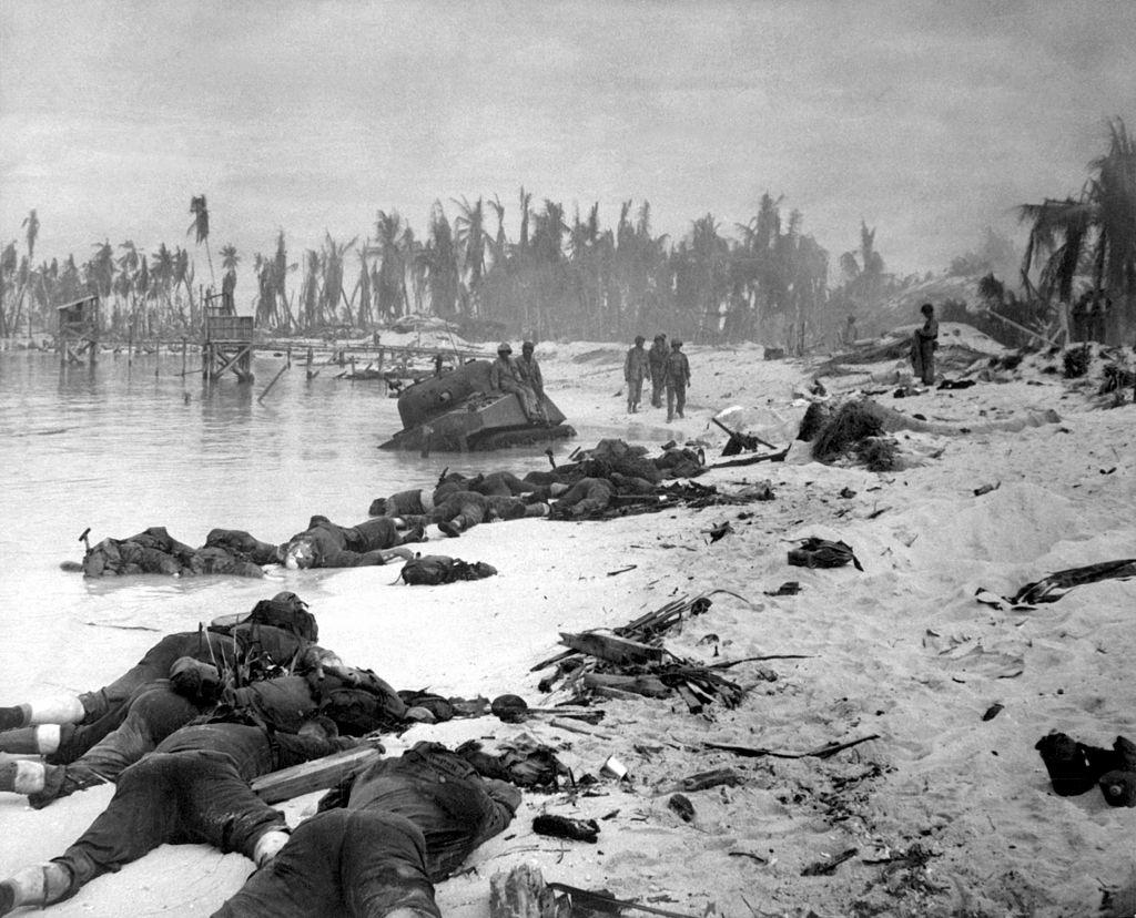 Le motu Betio, une des plages de débarquement sur Tarawa. La prise de cette île par les Américains marqua un temps fort de la Guerre du Pacifique, mais le prix à payer fut très lourd en vies humaines. Les US Marines étaient partis de la base de Baker Island (photo : U.S. Navy - U.S. Defense Visual Information Center).