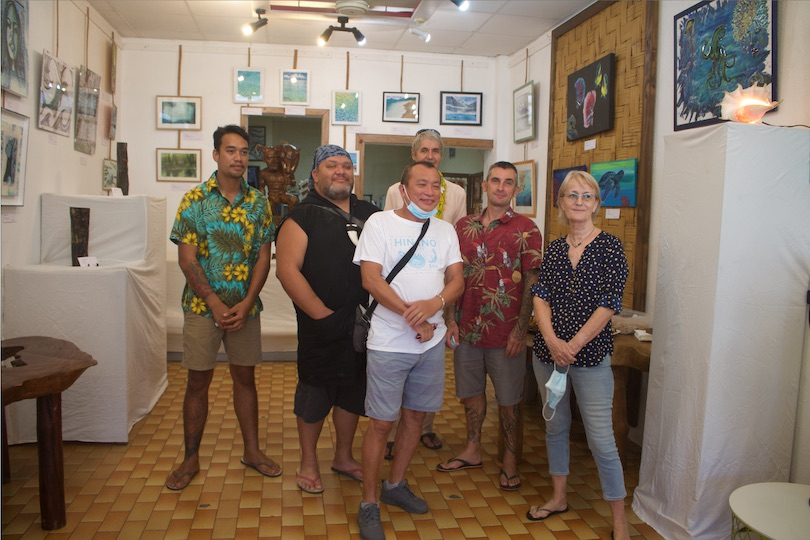 Une partie des artistes qui exposent à la galerie Anuanua de Uturoa.