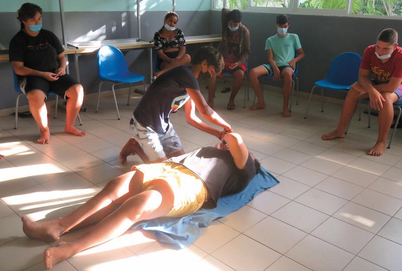 Les élèves de 3eme du collège de Paopao ont reçu une formation. Ils ont appris les premiers gestes à adopter sur une victime en attendant les secours.