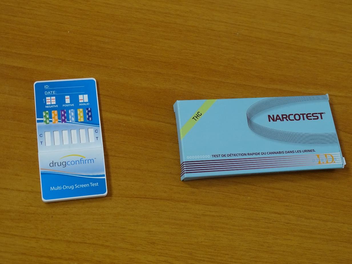 Le test de gauche permet la détection de cinq drogues tandis que le narcotest de droite ne permet de déceler que la présence du THC.