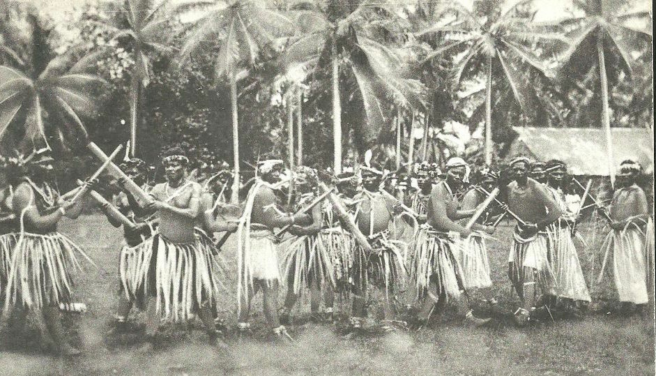 Ancienne photo de danses en Micronésie. Ces populations très isolées les unes des autres vivaient de la pêche et d'un peu de culture avant l'arrivée des trafiquants américains et européens. C'est sous l'administration allemande que la culture du cocotier (pour le coprah) fut développée au détriment des autres ressources.