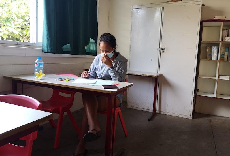 Une élève après son épreuve de philosophie mercredi au lycée de Raiatea.