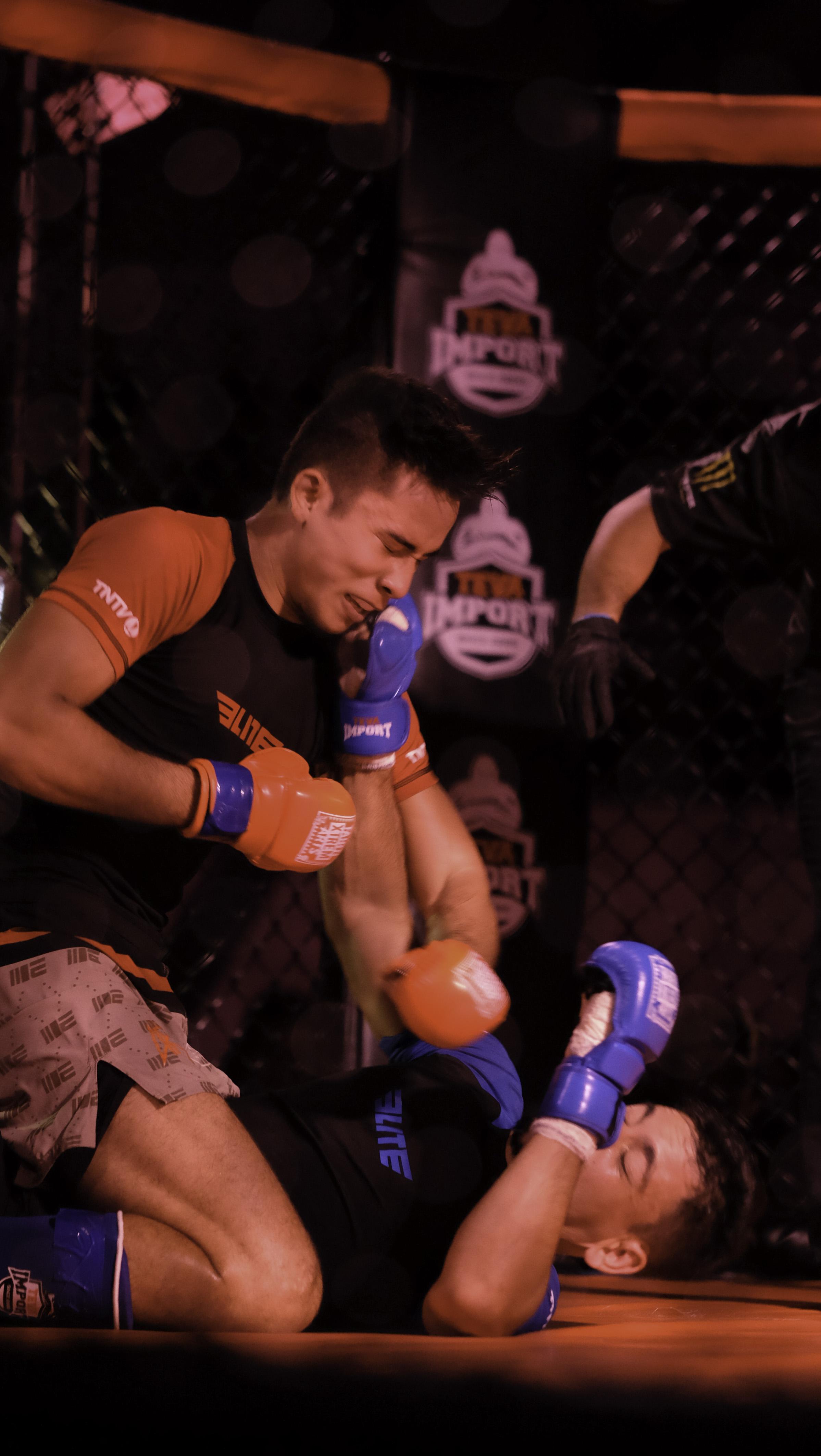 Touché à l'arcade dans le premier round, Julian Schlouch a emmené son adversaire au sol pour le dominer.