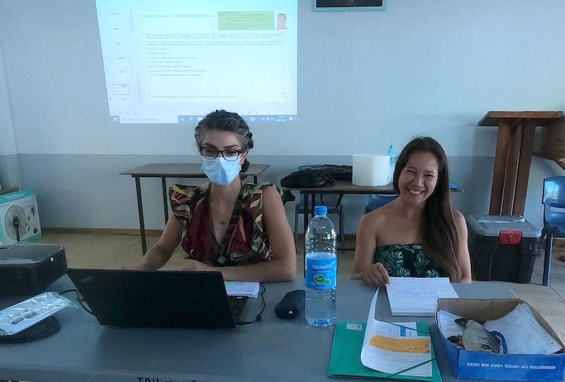 Juliette Languille, à gauche, ingénieure en charge de la formation sur place.