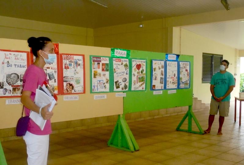 Ina et Heikua, les 2 étudiants infirmiers devant les affiches de prévention aux risques des addictions réalisées par les élèves.