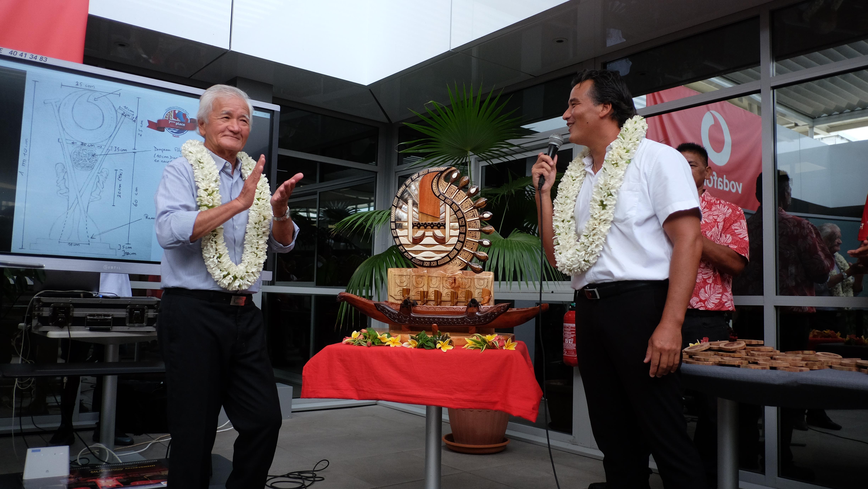 Albert et Patrick Moux ont dévoilé le trophée perpétuel de la Vodafone Channel Race.