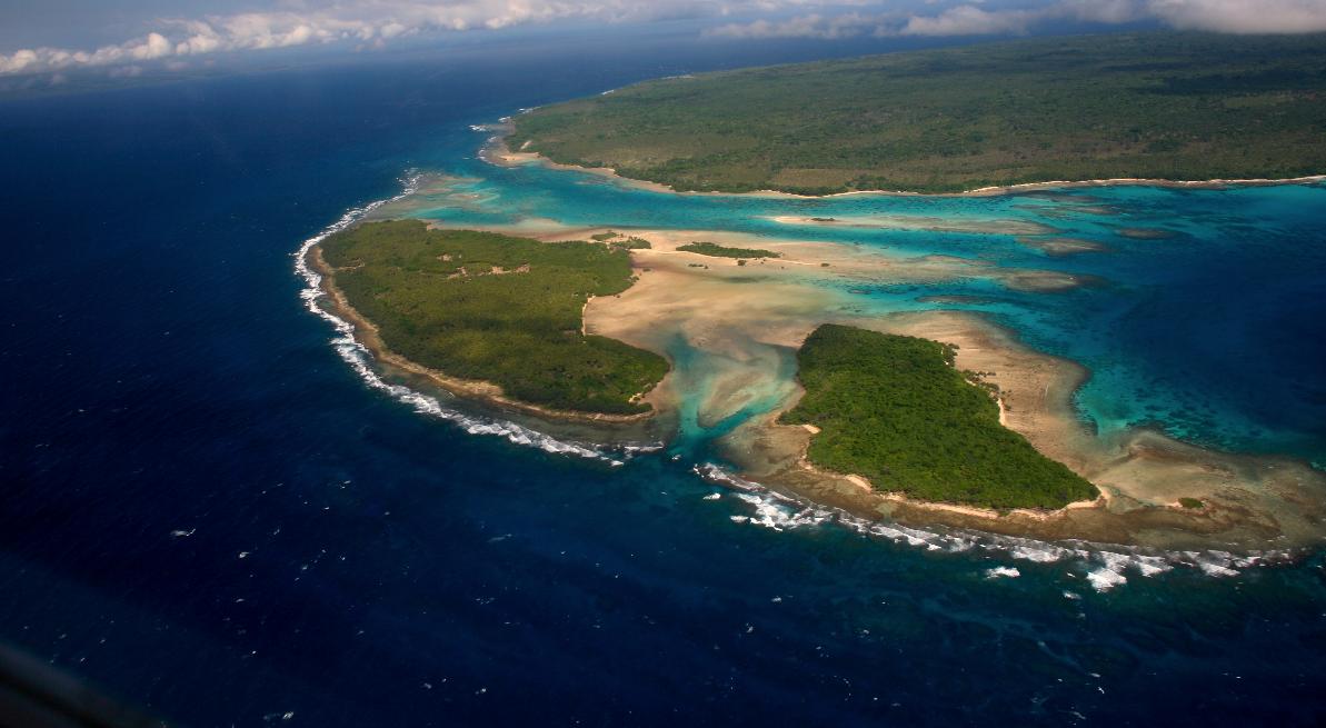Vue du ciel, les couleurs des lagons de Santo n'ont rien à envier à ceux de Polynésie. L'île bleue n'a pas usurpé son surnom.