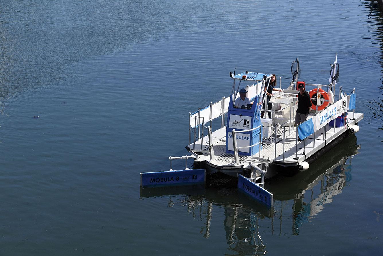 L'ONG du navigateur Bourgnon présente un bateau de dépollution plastique fluviale