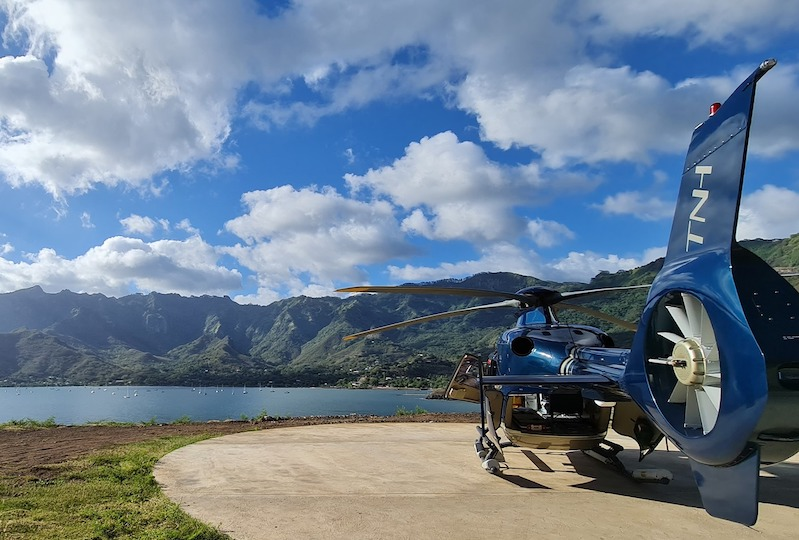 L'un des appareils de de Tahiti Nui Helicopters à Taiohae. (Crédit photo FB Tahiti Nui Helicopters)