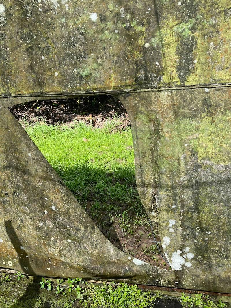 La perforation de l'ombrière faite par les voleurs avant de s'emparer de 25 kg de vanilles.