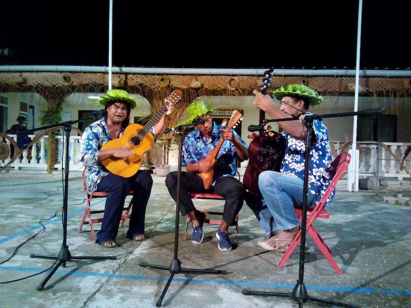 Hao se met au son des chants kaina