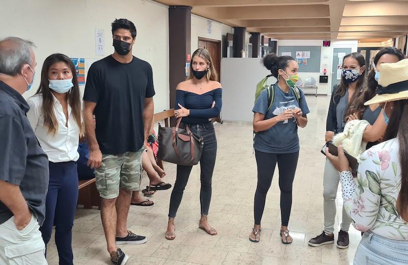L'administratice de la page Paruru ia Moorea (à gauche) et ses soutiens lundi matin au tribunal de première instance de Papeete.