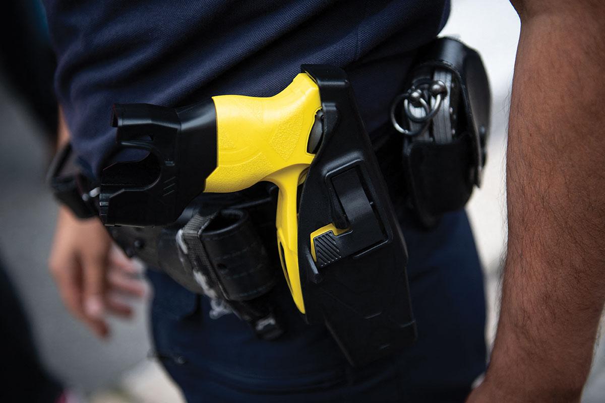 27 décharges de taser: trois policiers mis en examen pour des violences sur un jeune homme