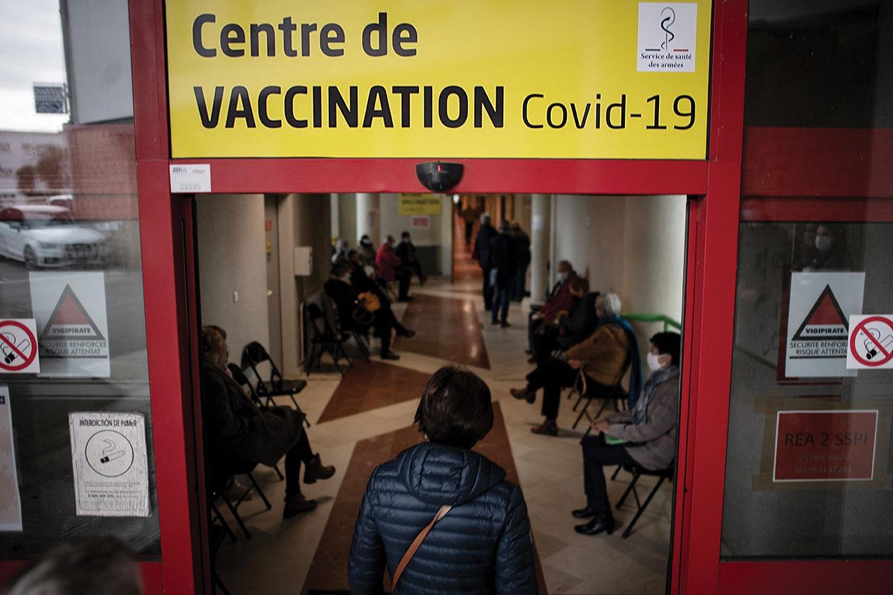 Covid-19: les cas explosent, l'hôpital craint l'onde de choc