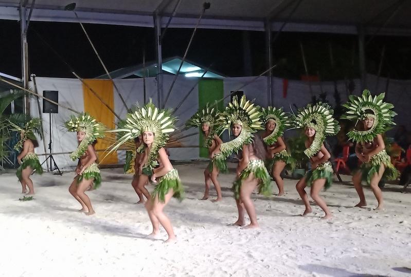 Pas moins de 80 artistes de Bora Bora se sont réunis dans une troupe éphémère. Après s'être produite à Papeete au festival Tahiti Ti'a Mai, elle a présenté son show à Vaitape samedi.