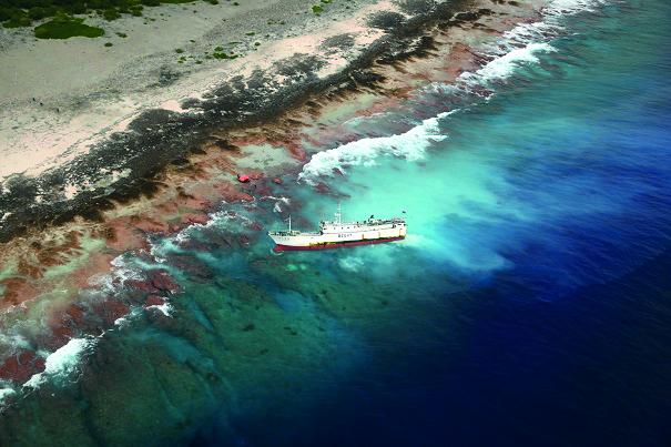 Le palangrier échoué à Anuanuranga poursuivi pour pollution