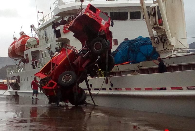 Au terme d'une spectaculaire opération de repêchage, le camion qui était tombé dans le port ce matin a été sorti de l'eau en fin d'après-midi.