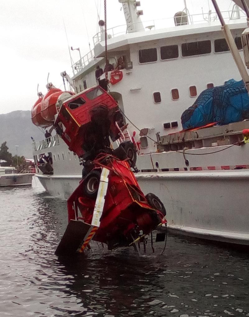 Fixé à un câble, le véhicule a été hissé sur le quai par la grue du Tahiti Nui.