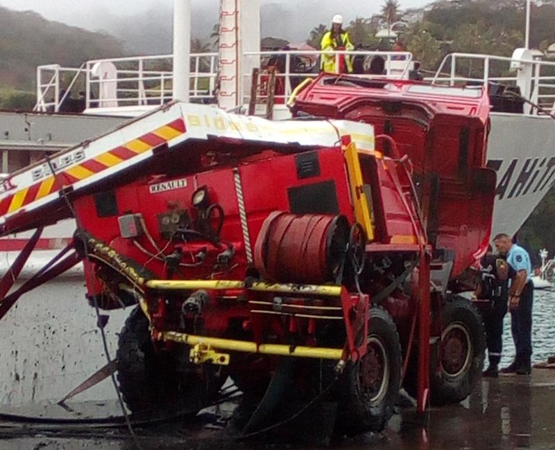 Le camion qui était sous un mètre de vase, a subi plusieurs chocs notamment contre la coque du navire.