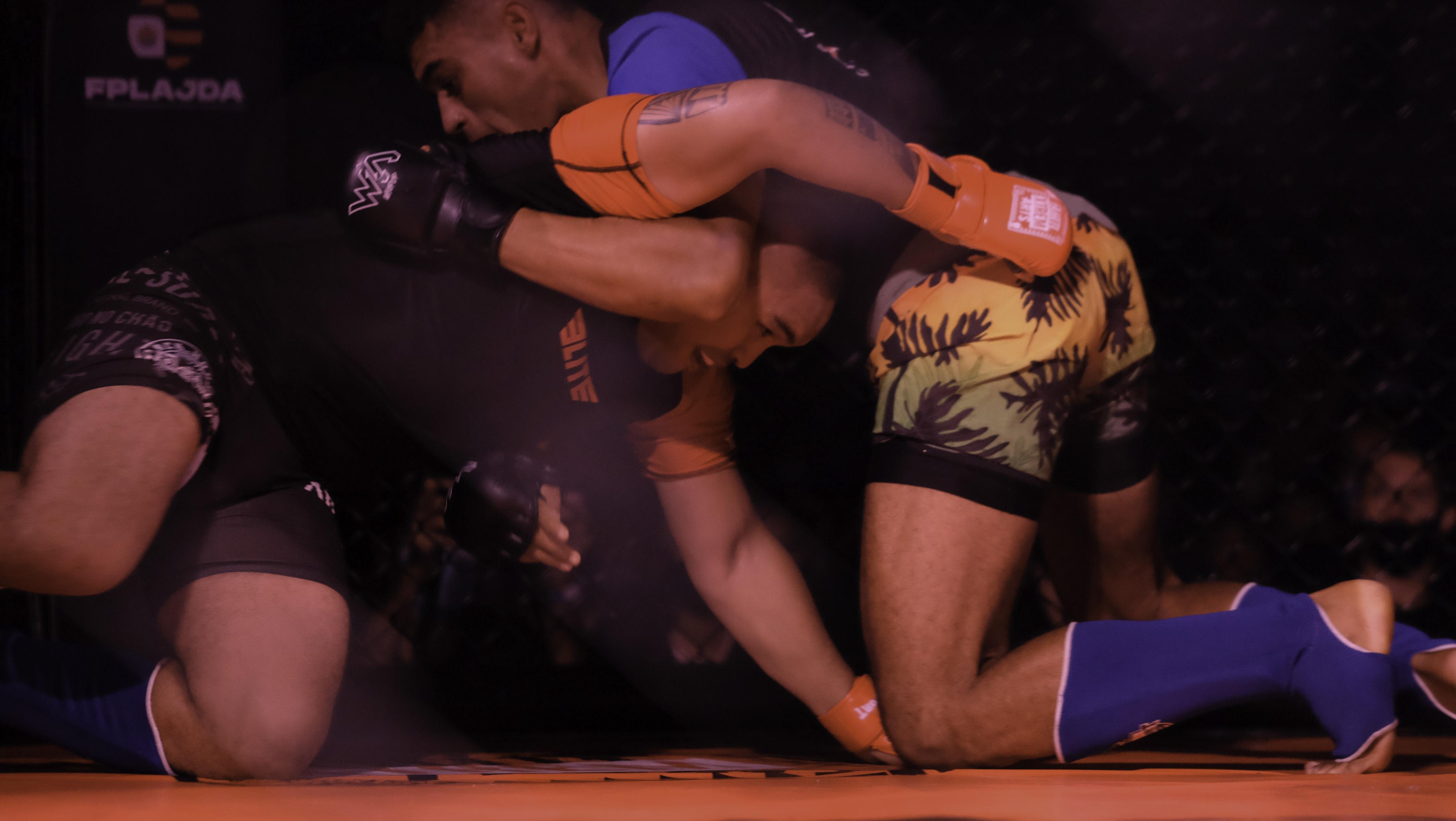 Teiki Nauta (en rouge) avait remporté en juin le main event de la première soirée de MMA face à Ragitea Kainuku.