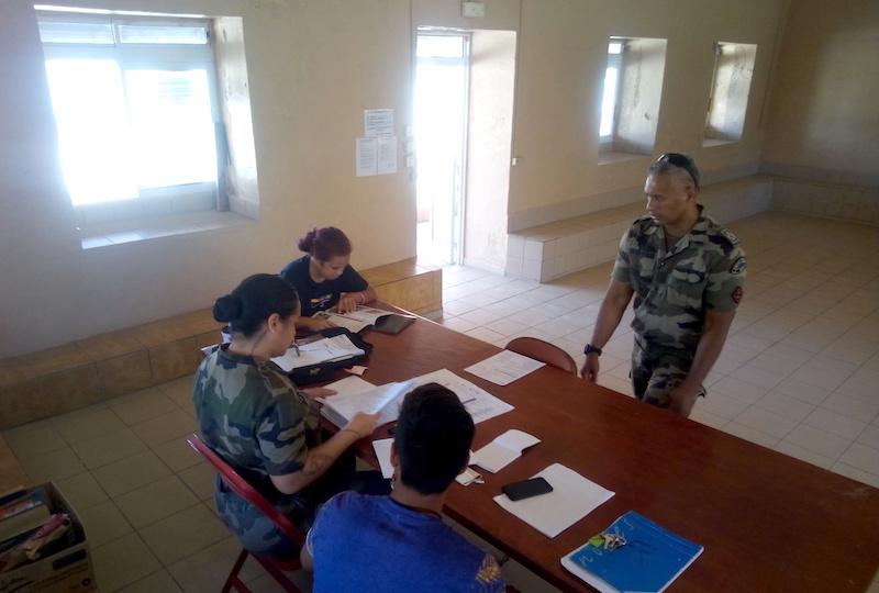 Marsouin Aimée, de la cellule recrutement du RSMA et caporal-chef Franck, ont pendant trois jours, rencontré des jeunes de Hao venus s'informer sur les perspectives offertes par le régiment.