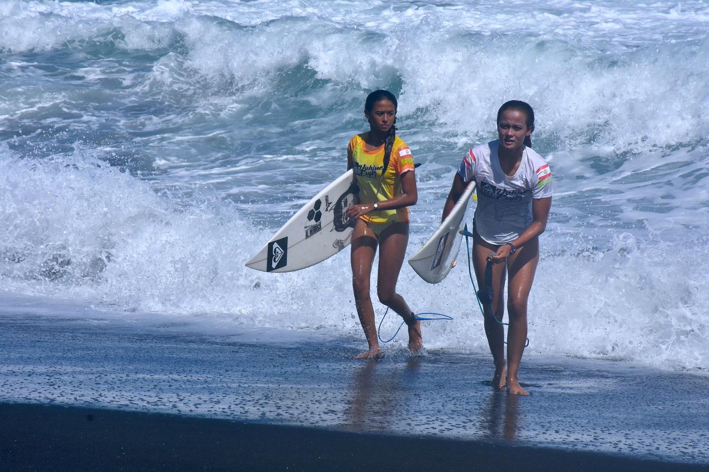 Heimiti Fierro (en blanc) et sa petite sœur Kohai à leur aise sur le beach break de Papara