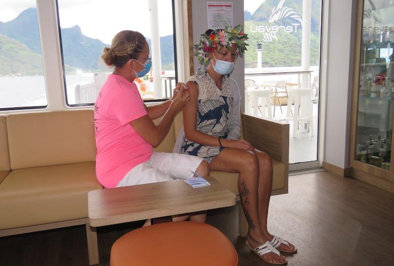 Des passagers ont profité de l'opération pour se faire vacciner ce matin à bord du Terevau Piti et de l'Aremiti Ferry.