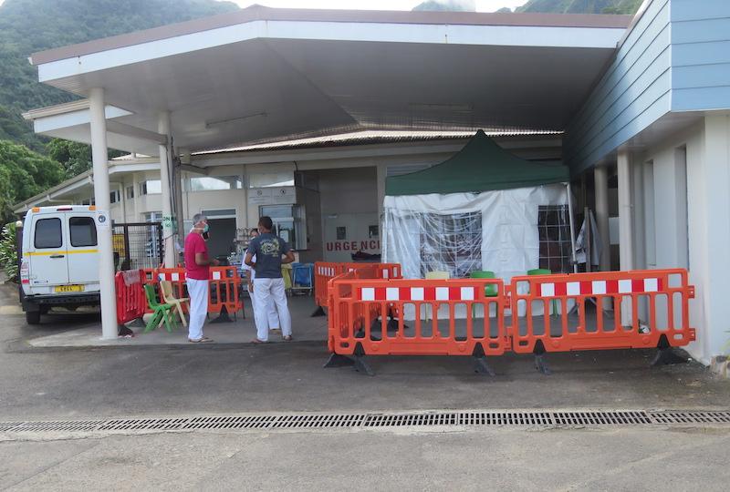 Face à l'afflux de patients, une tente a dû être installée à l'entrée des urgences de l'hôpital de Afareaitu.