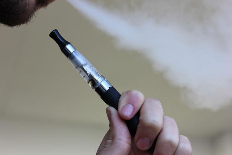 Le boutiquier avait importé des e-liquides pour cigarette électronique à base de CBD depuis la métropole (©AFP)
