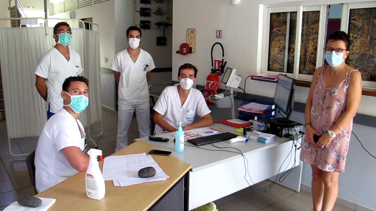 Une partie du personnel du bloc opératoire et du service imagerie venus en renfort des équipes préposées au Covid-19, avec Estelle Sargues la directrice de l'hôpital marquisien (à droite).